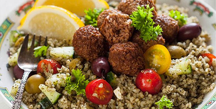 Boulettes de viande et taboulé de légumes frais