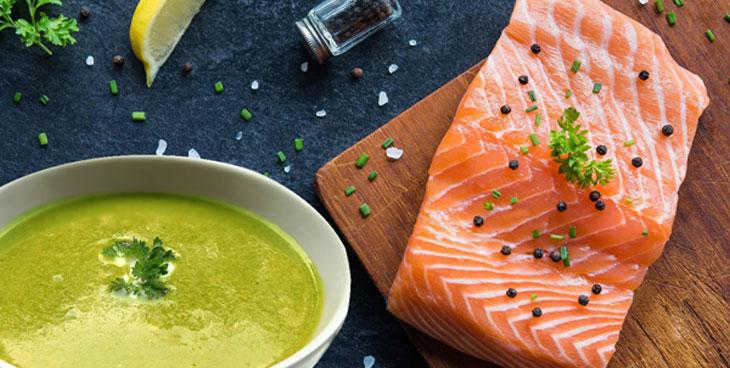 Velouté de petits pois et choux fleurs, saumon grillé